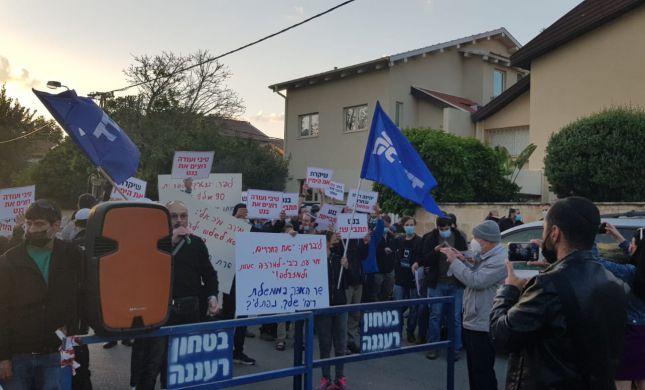 צפו: עשרות מפגינים מחוץ לבתיהם של בנט ושקד