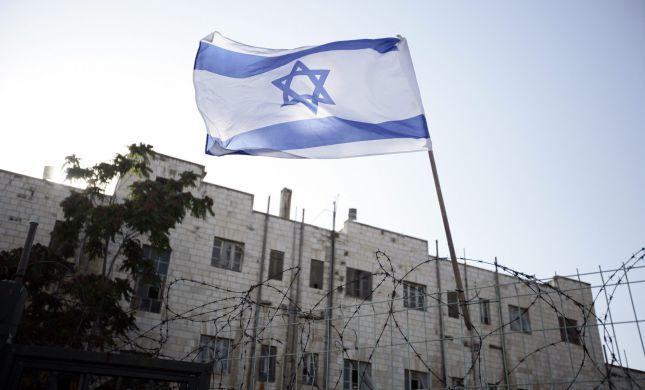 רמלה: תלה דגלים ליום העצמאות ונפצע בינוני