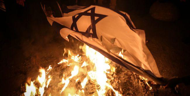 קיצוניים הפגינו נגד המדינה ושרפו דגלי ישראל | צפו: