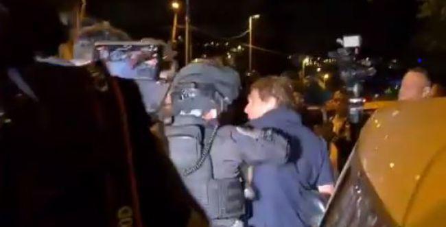 כתב חדשות 12 הותקף על ידי שוטרים בירושלים. צפו