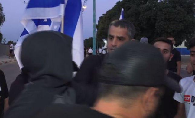 צפו: כתב חדשות 13 מותקף באלימות באמצע דיווח