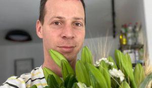 חדשות המגזר, חדשות קורה עכשיו במגזר, מבזקים מי שלח זר פרחים לבתיהם של עמית סגל ויאיר שרקי