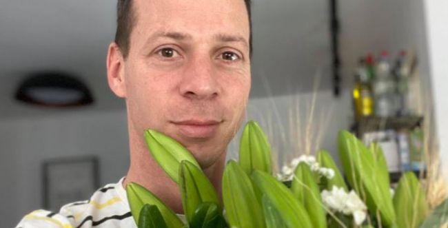 מי שלח זר פרחים לבתיהם של עמית סגל ויאיר שרקי