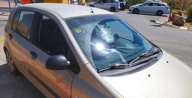 פיגוע אבנים ליד אריאל: 2 פצועים במקום, נזק לרכב
