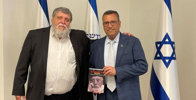 הרב רפי פוירשטיין העניק למשה ליאון את ספרו החדש
