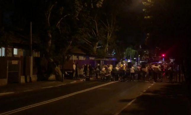 """מחאות מול ביתו של בנט: """"ממשלה של מחבלים"""""""