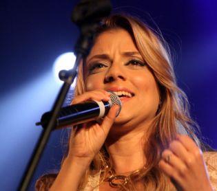 מוזיקה, תרבות שירי מימון מועדת בהופעה ומצליחה להמשיך לשיר צפו