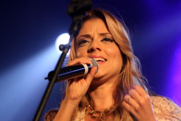 שירי מימון מועדת בהופעה ומצליחה להמשיך לשיר צפו