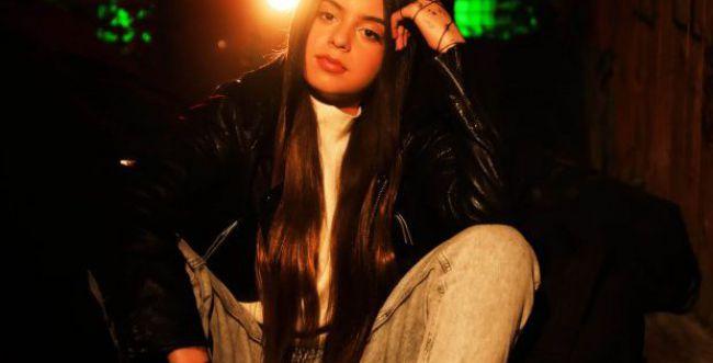 צפו: מיקה משה, פיינליסטית בית ספר למוזיקה בשיר חדש