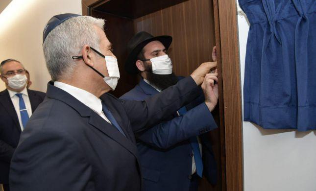 מרגש: נקבעה מזוזה בשגרירות ישראל באבו דאבי