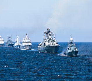 חדשות בעולם, מבזקים דרמה בים: ספינה רוסית ירתה לעבר כלי שיט בריטי