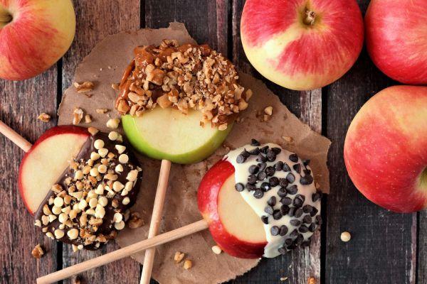 הנשנוש המושלם: תפוח בשוקולד על מקל