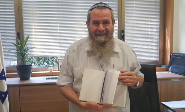 צפו: אבי מעוז 'מציג' את ספרו החדש של בנט