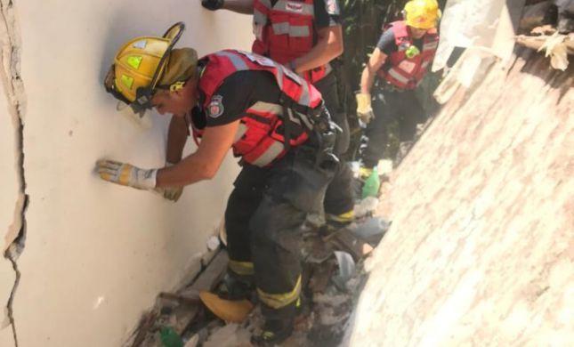 אדם נהרג מקריסת תקרה של בית