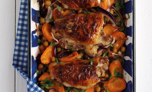 במיוחד לכבוד שבת והחג: מתכון לעוף צלוי עם ירקות שורש