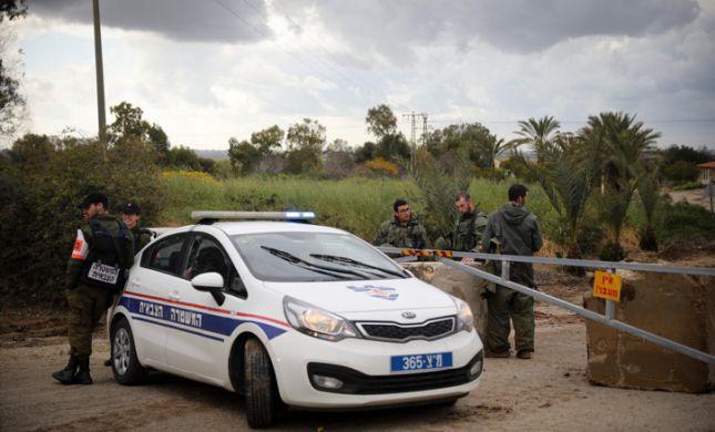 רכב עם 2 ילדות יושבות בתוכו נגנב והתנגש במעקה