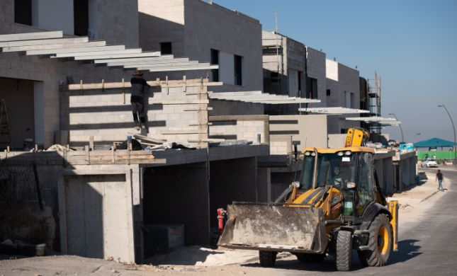 """""""גישה מסוכנת"""": אלפי יחידות דיור ביו""""ש מוקפאות"""