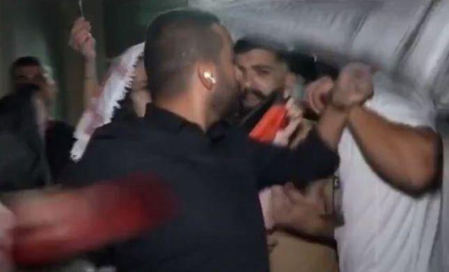 כתב חדשות 13 הותקף באלימות בשידור. צפו