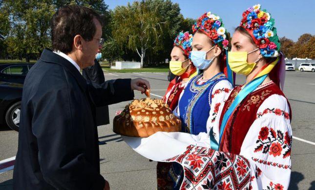 צפו: נשיא המדינה מתקבל בארמון הנשיאות באוקראינה