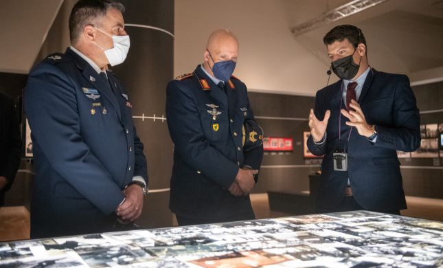 מפקד חיל האוויר הגרמני ביקר ב'יד ושם'