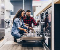 חדש על המדף, צרכנות מבצע מטורף: קונים במחסני חשמל – ומקבלים כסף מתנה