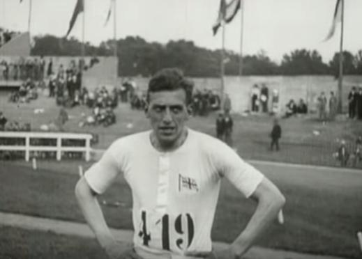 אברהמס שניות לאחר שניצח בתחרות ריצה 100 מטר, פאריז 1924. צילום מסך מיוטיוב.