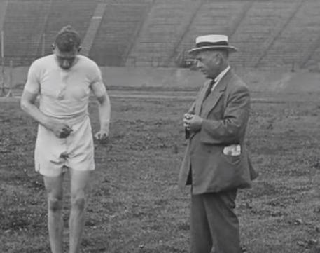 הארולד אברהמס ומאמנו מוסביני, 1924. צילום מסך מיוטיוב.