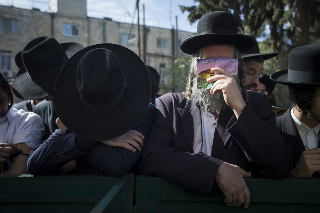 Ultra orthoodx jewish men gather to pray during a demonstration in support of Rabbi Eliezer Berland Outside the Magistrate's court in Jerusalem where Berland is put on trial for sexual assualt charges, on November 22, 2016. Rabbi Berland left Israel to South Africa while he was suspected and under investigation for sexual assualt on women in his community. He was jailed in South Africa and extradited to Israel. Photo by Yonatan Sindel/ Flash90 *** Local Caption *** תפילה בית משפט דרום אפריקה הרב אליעזר ברלנד רב כלא אונס