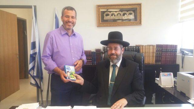 """מנכ״ל ישראטויס – מר מאיר כהנא מקבל את ברכת הרב הראשי לישראל הרב דוד לאו שליט""""א על הסידור"""