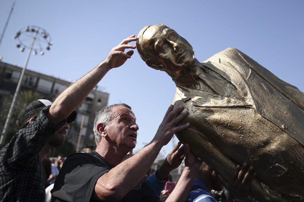 The gold statue of Israeli Prime Minister Benjamin Netanyahu is taken down at Rabin square in Tel Aviv. December 6, 2016, The sculpture was placed during the night by Israeli artist Itay Zalait. Photo by Miriam Alster/Flash90 *** Local Caption *** øàù îîùìä ôñì æäá úì àáéá áðéîéï ðúðéäå ëéëø øáéï ôñì àåîðåú
