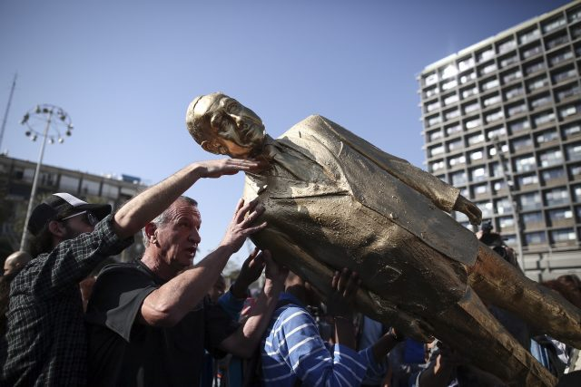 מורידים את ביבי מהכיכר צילום: מרים אלפר פלאש 90