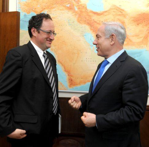 ראש הממשלה מברך את גלפנד לאחר חזרתו. צילום: Moshe Milner/GPO/FLASH90