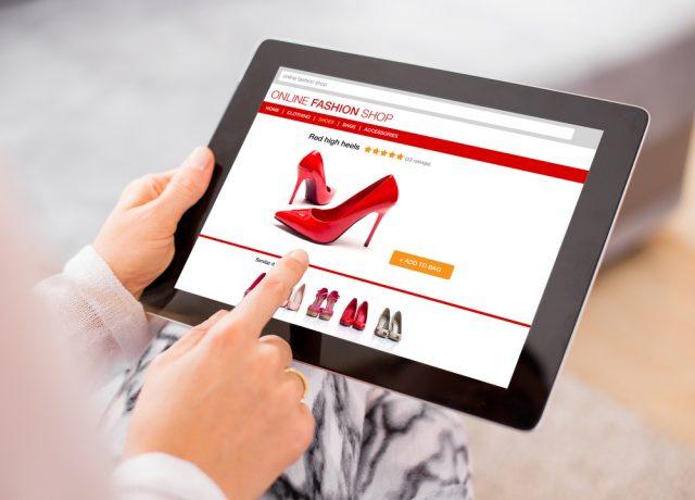 רשתות האופנה זועמות על כך שרובינו מעדיפות לשלם בזול באינטרנט (צילום:שטארסטוק)