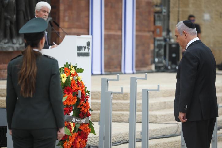 ראש הממשלה בנימין נתניהו עומד לצפירה ביד ושם (צילום: נעם רבקין פנטון\פלאש 90)