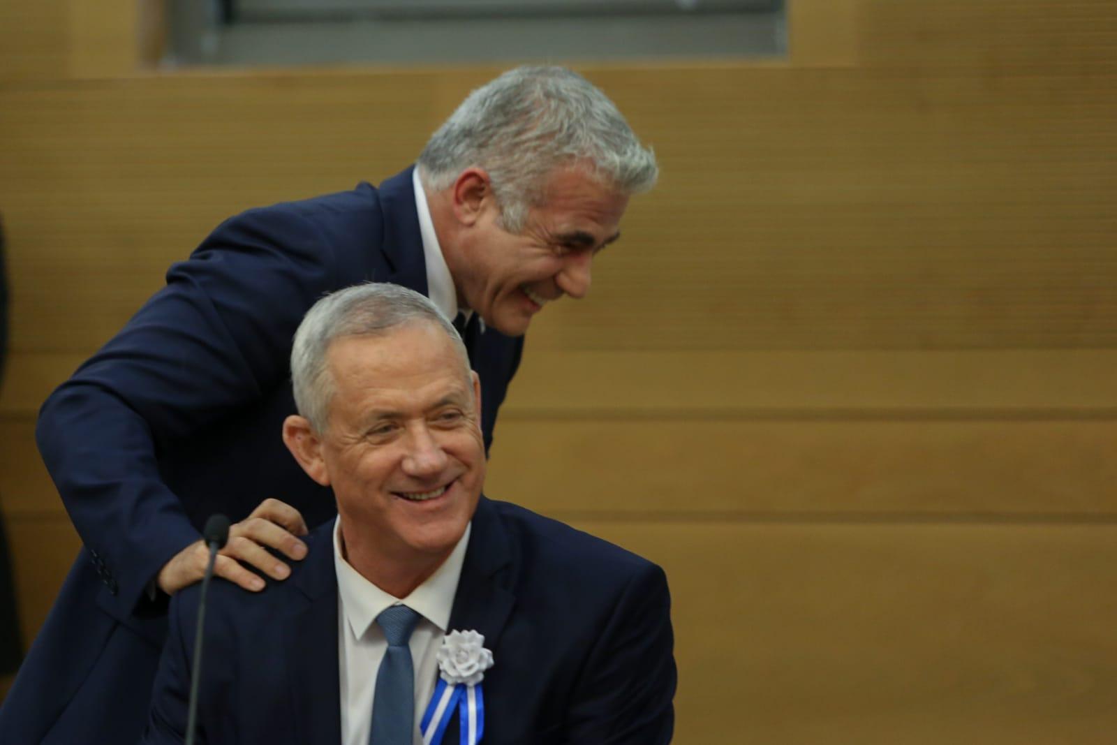 מה הצחיק את לפיד כל כך? (צילום: חיים גולדברג\סרוגים)