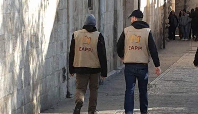 Sur la photo, des militants de l'EAPPI en tournée la semaine dernière à l'entrée de l'église Sainte-Anne de Jérusalem (Photo: projet DMU)