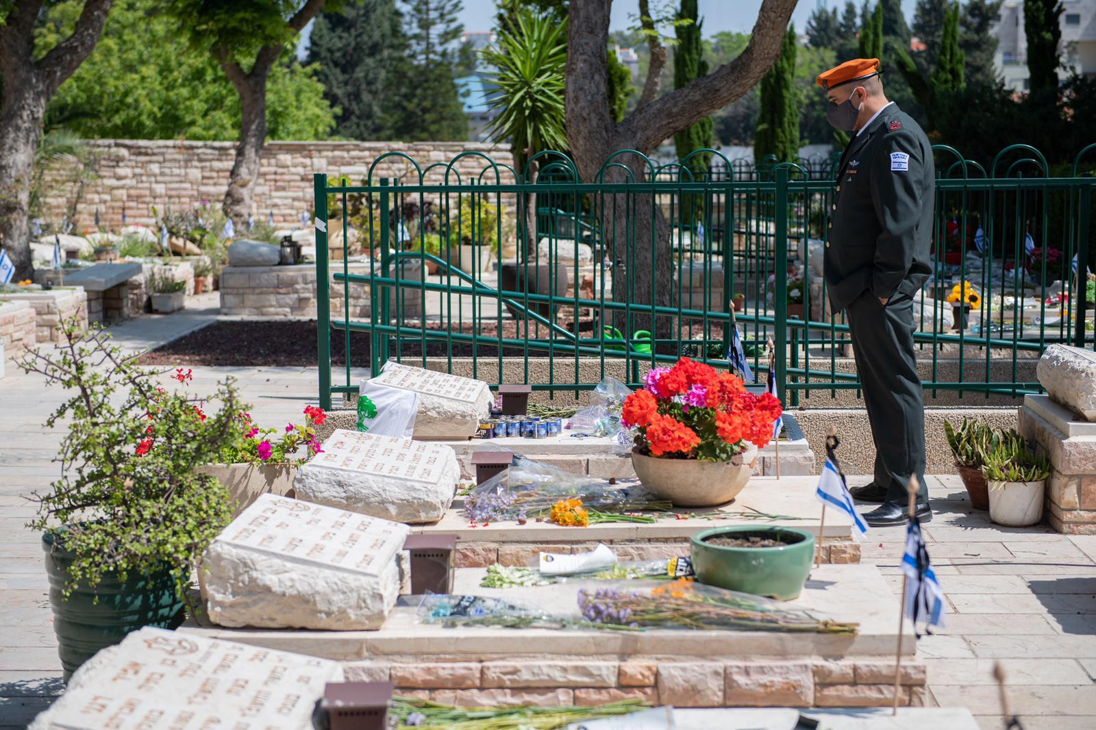 """בית העלמין הצבאי ברעננה (קרדיט: דו""""צ)"""